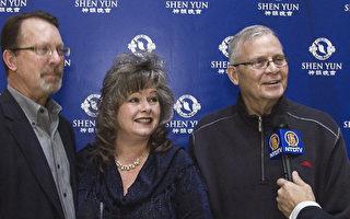 喜来登总经理Bill ScottBill Scott(右)和Tiemann夫妇一起观赏了2月8日在亨茨维尔的神韵演出。(新唐人电视台)
