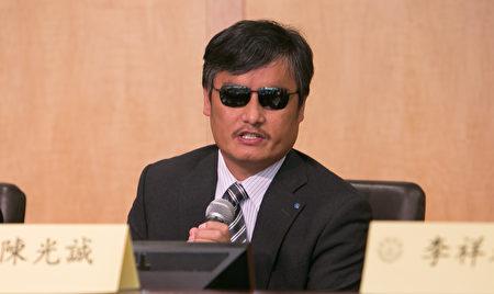 中國著名盲人維權律師陳光誠呼籲,不要再對中共心存幻想,否則只會被其愚弄。(李莎/大紀元)