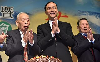新庄区农会百周年庆,新北市长朱立伦与百岁农友一同切蛋糕庆祝。(新北市府/提供)