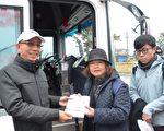 三星乡长黄锡墉(左)赠送热呼呼的葱油饼。(三星乡公所提供)