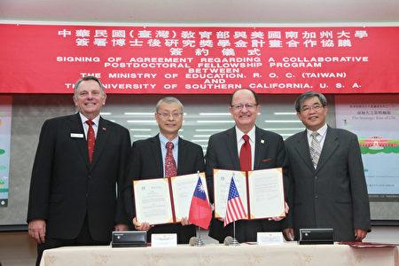 教育部次长蔡清华(右1)与美国南加州大学签署中华民国教育部与美国南加州大学博士后研究奖助金计划合作协议。(教育部/提供)