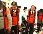 林锡忠乡长(右2)与乡民代表、社区理事长们体验老化。(曾汉东/大纪元)