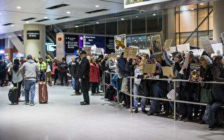 因受川普移民行政令影响入境的人,2月4日前可在波士顿罗根国际机场进入美国。(Scott Eisen/Getty Images)