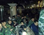 約200名退伍軍人在民政廳外靜坐。(志愿者提供)