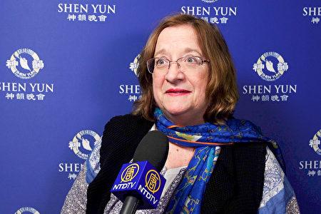 印第安纳大学西北分校(Indiana University Northwest)教授Maryann Foster 观看了2月7日晚在州长州立大学表演艺术中心(Center for the Performing Arts)的神韵演出。(新唐人电视台)