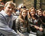 Jeff Elrod先生和太太、兩個女兒欣賞了2月19日芝加哥的神韻晚會。(溫文清/大紀元)