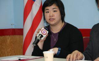 曼哈頓地檢辦公室的社區聯絡員陳瑩,1日在中華公所介紹高中實習計劃。 (蔡溶/大紀元)