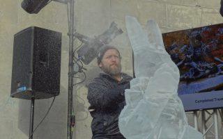冰雕師正在雕刻《愛麗絲夢遊仙境》中的白兔先生。 (洪雅文/大紀元)
