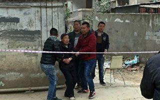 現場有老人被強拆人員從樓上拽到街上。(志愿者提供)
