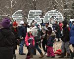 为庆祝加拿大建国150周年,首都渥太华今年的冰雪节特别增添了五个特别项目,让2017年的冰雪节更显丰富。图为渥太华联邦公园纪念冰雕前游人如织。(任乔生/大纪元)