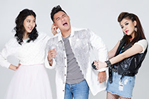 关诗敏(右)、Erika刘艾立(左)合演音乐剧《爱呀,我的妈!》,上演二女争一男,用歌声交锋。(果陀剧场提供)