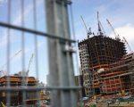 有中介透露说,因为资金不容易转移出来,华人买家连养房都成困难。 (Drew Angerer/Getty Images)