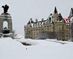 渥太华的冬日,大大小小的雪说不定什么时候就会来一场。图为加拿大国会山一景。(任乔生/大纪元)