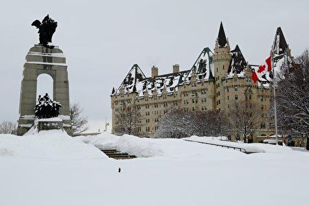 渥太華的冬日,大大小小的雪說不定什麼時候就會來一場。圖為加拿大國會山一景。(任喬生/大紀元)