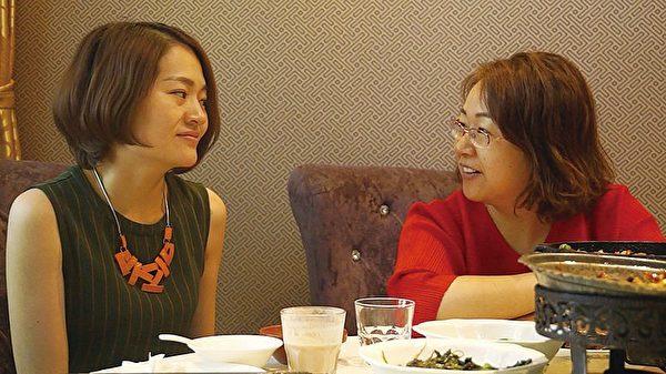 「709大抓捕」中被非法抓捕的律師李和平的太太王峭嶺(右)與王全璋的太太李文足。(中國維權律師關注組提供)