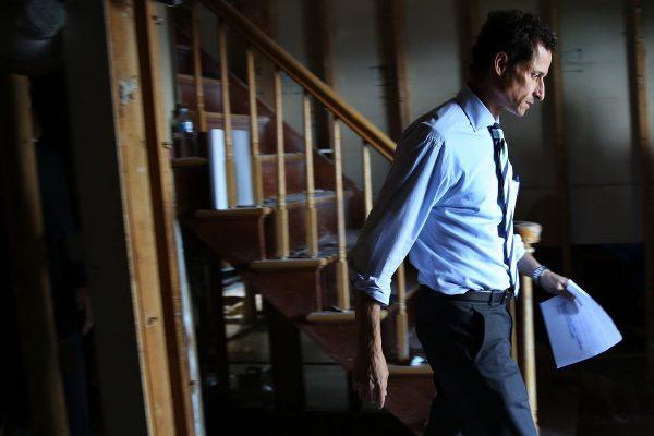 """前国会议员魏纳(Anthony Weiner)的人生轨迹,应了中国古人""""好色损德""""的说法。 (Spencer Platt/Getty Images)"""
