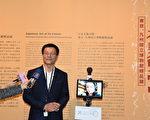 政務委員唐鳳與故宮院長林正儀(現場受訪者)接受媒體聯訪。(故宮提供)