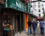 業店業主表示,在經過州政府嚴查之後,甲店早就不敢請無證工人。 (Andrew Burton/Getty Images)