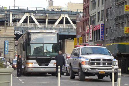 2月2日下午,在华埠地威臣街,又有一辆华联巴士被临检。