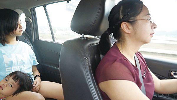 """""""709大抓捕""""中被非法抓捕的律师谢阳的太太陈桂秋和她的两个女儿。(中国维权律师关注组提供)"""