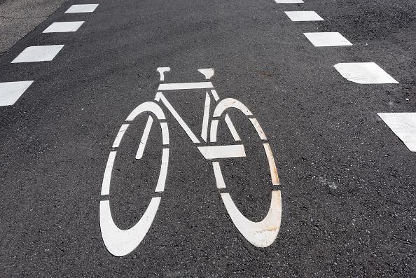 多倫多少年Isaac騎自行車闖紅燈被開交通告票,不但罰款350加元,還被扣了3分。(Roberto Machado Noa/LightRocket via Getty Images)