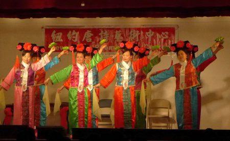"""纽约唐诗艺术中心4日在中华公所大礼堂举办""""金鸡报喜""""迎春文艺演出。"""