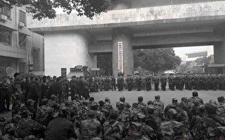 身穿迷彩服老兵在中共湖南纪委门前静坐。(志愿者提供)
