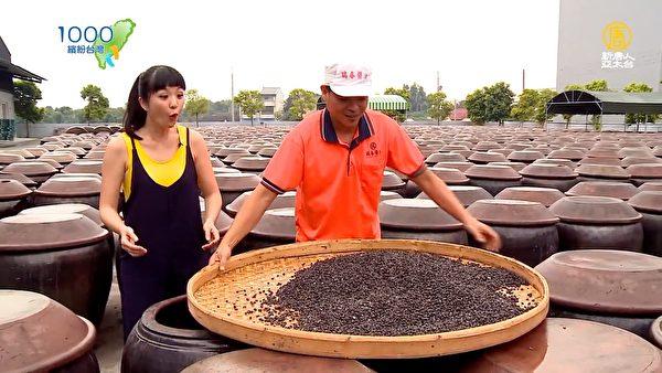 用手搅拌盐巴与黑豆。(新唐人亚太台提供)