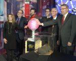 奇趣館為了慶祝開館十週年,特別把跨年水晶球搬進了館內。 (奧利弗/大紀元)