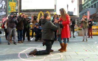 一名男子在时代广场上向女友求婚。 (奥利弗/大纪元)
