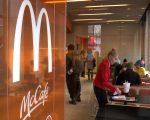为提振买气和业绩,麦当劳决定从4月份开始全面调降饮料价格,软饮料一律1美元,McCafe各式饮料一律2美元。 (韩瑞/大纪元)