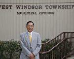 图:薛信夫市长在西温莎市政厅门前。 (施萍/大纪元)