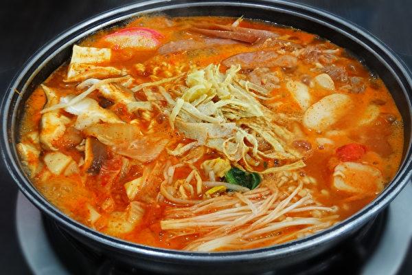 红通通香辣的部队锅是韩国的国民美食料理。(摄影:彩霞/大纪元)