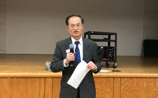 國泰銀行副總裁兼經理鄭嘉惠在臺灣會館介紹防範身份盜竊。 (林丹/大紀元)