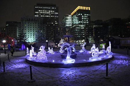 每年二月,在加拿大首都渥太華-加蒂諾地區舉行的冰雪節吸引上百萬遊人前往參觀、玩樂。圖為渥太華聯邦公園內擺設的獲獎巨型冰雕作品。(任喬生/大紀元)