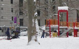 大雪為孩子們帶來了新的樂趣。 (蔡溶/大紀元)