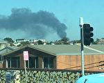 悉尼西南区Chullora的一间垃圾回收中心被大火烧毁,燃起厚厚的黑色浓烟。(燕楠/大纪元)
