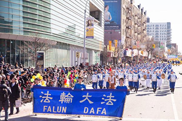 2月4日,一年一度的由法拉盛華商會主辦的「紐約華人新年大遊行」在紐約法拉盛舉行。(戴兵/大紀元)