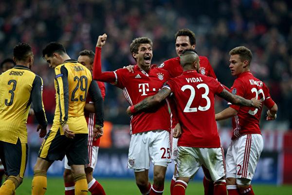 拜仁慕尼黑在主场5:1横扫阿森纳,晋级八强已无悬念。 (Alex Grimm/Bongarts/Getty Images)