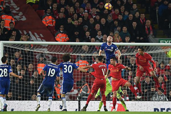 领头羊切尔西在客场1-1战平利物浦。图为双方球员在门前拼抢瞬间。 (PAUL ELLIS/AFP/Getty Images)