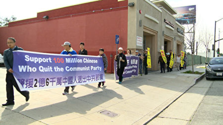 洛杉磯法輪功學員在聖蓋博市熱鬧街道拉起橫幅,希望讓更多中國人,了解中共對人權的殘酷迫害。(劉寧/大紀元)