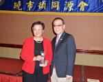 会长陈庆辉(右)向刘秀美(左)颁赠感谢奖牌。(易永琦/大纪元)