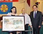 图:96岁高龄的萧纪书(中)、台北办事处黄敏境处长(右)与赢得萧伯伯画作的中奖者合影。(易永琦/大纪元)