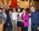 作者Karen Fang(右3)在新书介绍会上与朋友们合影。赖清阳律师与夫人赖李迎霞(左1、右2),前休斯顿市议员关振鹏夫妇(左3,左2)。(易永琦/大纪元)