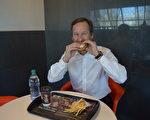 图:贝特斯正在享受一份麦当劳Egg McMuffin早餐。(邱晨/大纪元)