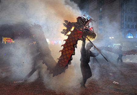 """""""火旁龙""""是苗栗客家元宵节庆的独特民俗。(宋碧龙/大纪元)"""