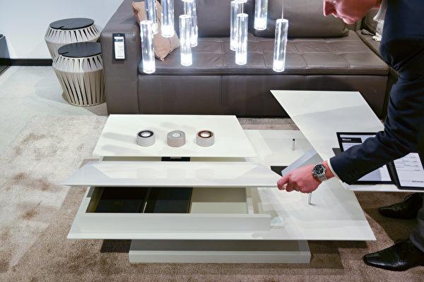 藏在桌子底下的收纳空间,随时可以开阖,既美观又实用。(旧金山家居BoConcept提供)
