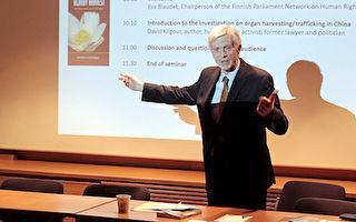大卫‧乔高17日在芬兰议会的研讨会上,向现场的医生及观众解说了记录片《活摘》(Human Harvest)的背景。(李乐/大纪元)