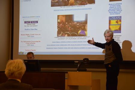 喬高在芬蘭赫爾辛基大學播放《活摘》記錄片,並在現場回答觀眾提出的問題。(李樂/大紀元)