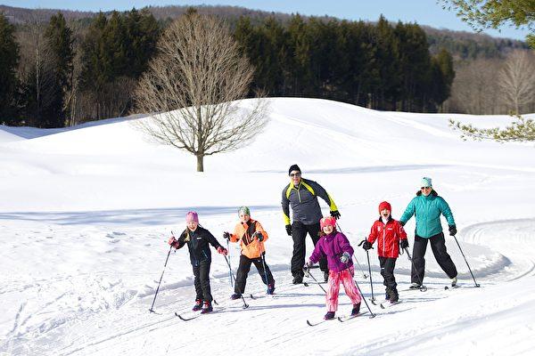 雪地健行。(Okemo滑雪渡假村提供)
